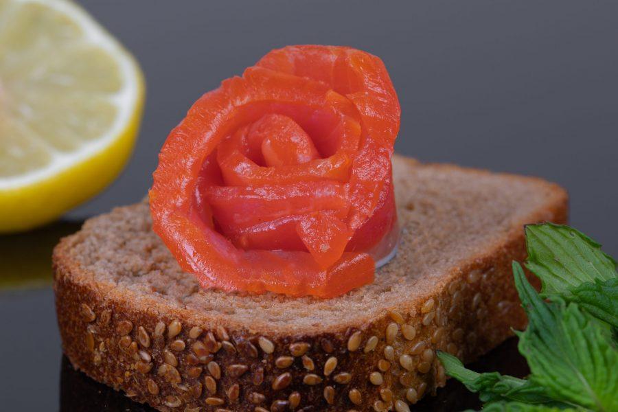 Форель филе кусок на хлебе